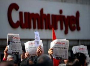 Manifestación a las puertas del diario