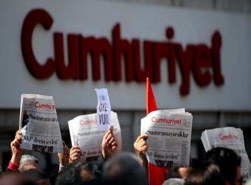 Manifestación a las puertas del diario Cumhuriyet contra el encarcelamiento de sus periodistas