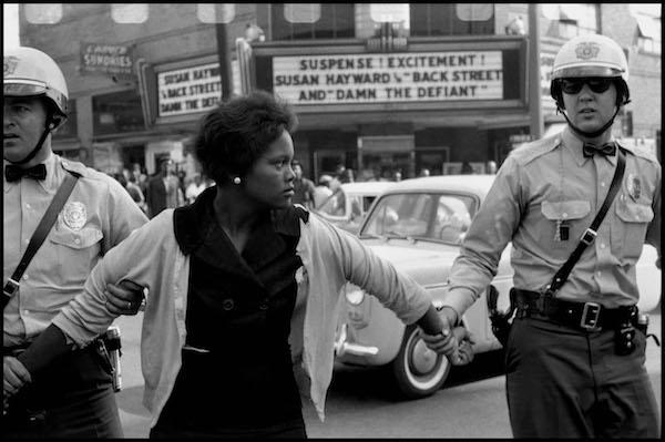 Davison: EEUU. Alabama. Birmingham. 1963. La policía arresta a una mujer negra durante las protestas sociales
