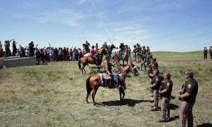 Policías del estado de Dakota del Norte en la roca derecha. Foto: Daniella Zalcman.
