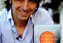 """Andrés Pascual presentando su libro """"El haiku de las palabras perdidas"""" en 2011"""