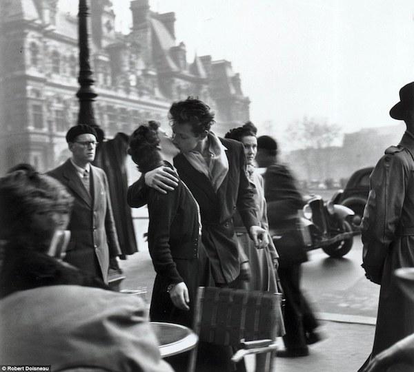 Doisneau, beso ante el Ayuntamiento de París