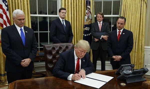 Donald Trump firma una orden presidencial derogando reformas sociales
