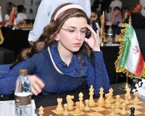 La jugadora iraní en otro torneo juega sin hiyab bajo la bandera de Irán.