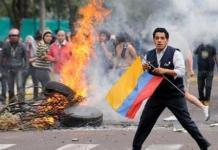 Se produjeron enfrentamientos entre civiles y policías en los exteriores del Hospital de la Policía. Foto: Archivo Andes