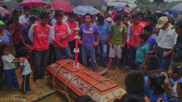 Familiares y vecinos en el sepelio del periodista Diego Salomón Esteban