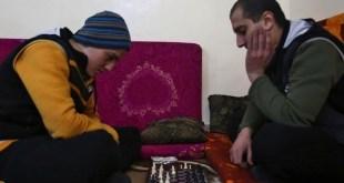 Dos exyihadistas juegan al ajedrez, actividad prohibida por el ISIS