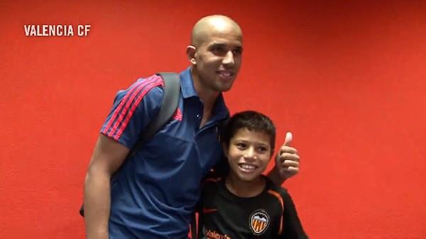 Feghouli con el niño saharaui Lgatab, en su etapa del Valencia.