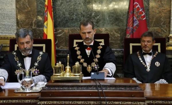 El Rey Felipe VI junto al presidente del Tribunal Supremo y del Consejo General del Poder Judicial, Carlos Lesmes y el ministro de Justicia, Rafael Catalá, en el acto de apertura del Año judicial 2017 © Casa de S.M. el Rey