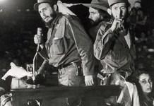 Fidel Casgtro rodeado de palomas en un discurso pronunciado en enero de 1959