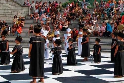 Partida de ajedrez viviente con niños en el auditorio del castillo de los Sarmiento.