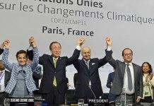 El Secretario General Ban Ki-moon (segundo a la izquierda), Christiana Figueres de la Convención Marco (izquierda), el canciller francés, Laurent Fabius y Presidente de la Conferencia sobre el Cambio Climático de la ONU en París (COP21), y el presidente François Hollande de Francia (a la derecha), celebrar histórica adopción del Acuerdo de París. Foto: UNFCCC