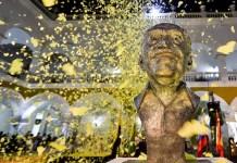 En el acto se soltaron centenares de papelinas simulando las mariposas amarillas de su realismo mágico