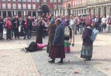 Gitanas medidas rumanas vejadas en la Plaza Mayor de Madrid por seguidores de fútbol holandeses