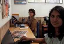 Graciela Tiburcio, en primer plano, y Carla Díaz, en la redacción del medio digital peruano Wayka. Su investigación sobre presuntos delitos de fraude y legitimación de activos de grupos evangélicos en Perú, desató una campaña de amenazas en su contra. Crédito: Mariela Jara/IPS