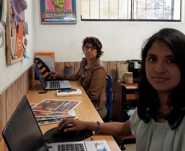 Graciela Tiburcio, en primer plano, y Carla Díaz, en la redacción del medio digital peruano Wayka. Crédito: Mariela Jara/IPS