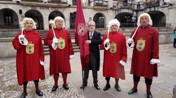 Grupo de Historia Local Gernikazarra y su abanderado, Txato Etxaniz