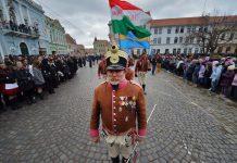 Un hombre con el uniforme de húsar húngaro, durante el desfile por la fiesta nacional de Hungría en Targu Secuiesc, Rumanía