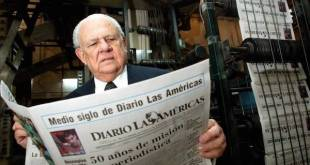 Horacio Aguirre con un ejemplar se su periódico, publicada por Roberto Koltun en el Nuevo Herald