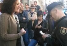Un agente pide la identificación a la periodista de 'Contexto' Cristina Fallarás (Fotografía: PDLI – CC)