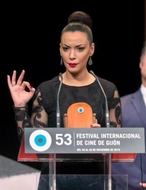 Loubna Abidar recibe el premio a la mejor actriz en el festival de cine de Gijón