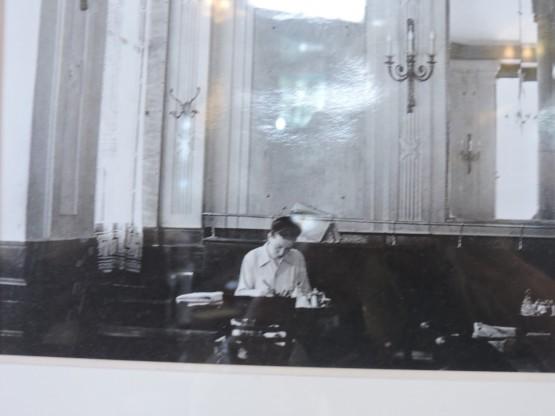 Una foto recuerda la mesa a la que se sentaba Simone en el café Les Deux Magots