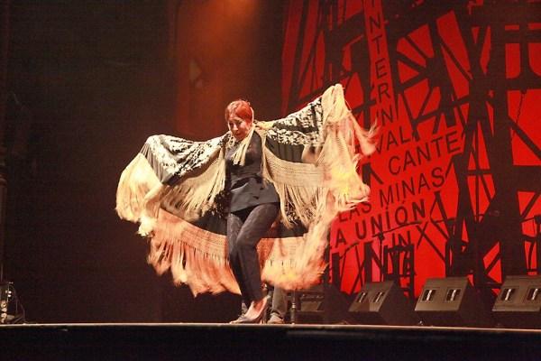 Blanca del Rey, pregonera del Festival 2016, en su famosísima Soleá del Mantón