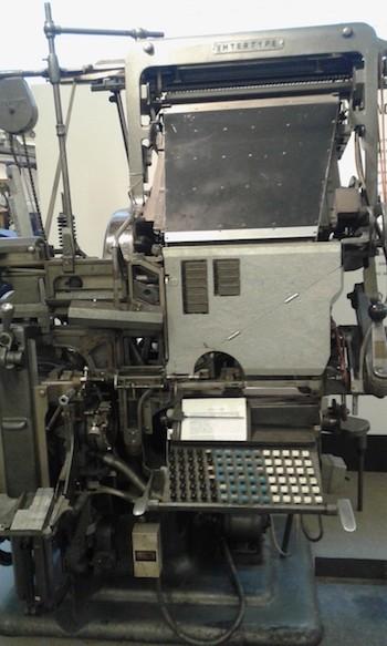 Linotipia. Máquina inventada por Ottmar Mergenthaler en 1886. Fue el primer sistema automático de composición de textos para la impresión tipográfica.