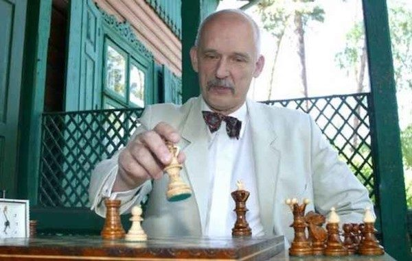 El ultraderechista polaco Janusz Korwin-Mikke, ante un tablero de ajedrez.