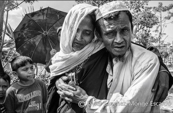 14/NOV2017. Campo de refugiados de Lita, Bangladesh: Recién llegados Al ver a nuestro equipo, un hombre muy preocupado por su mujer que se encontraba enferma y en avanzado estado de deshidratación, solicita nuestra ayuda. Después de su infernal éxodo desde Birmania en donde lo habían perdido todo la mujer apenas se tenía en pie, y ambos esperaban junto a otros enfermos en una cola para poder ser atendidos en una clínica del campo de refugiados. Consciente de que la larga espera podía tener consecuencias graves para ella, a pesar de su extenuación física se dirigía desesperadamente de una persona a otra solicitando ayuda.