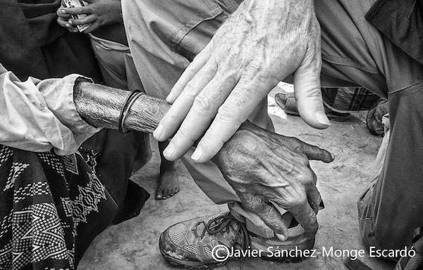 14/NOV2017. Un gesto de amor. Una anciana desconsolada que sufría las consecuencias de una desgarradora historia, recibe una caricia por parte de un miembro del equipo. A menudo se produjeron bellísimas escenas de agradecimiento entre los Rohingyas y los voluntarios tras quedar abrazados haciendo desaparecer todas las barreras culturales que crean entre sí los seres humanos, permanecían así durante largos instantes y durante los que a menudo se dejaban escuchar los sollozos de ambas partes.