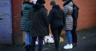 Vecinos de Helina Kotlarova y Zaneta Krokova depositan flores en el lugar del atropello.