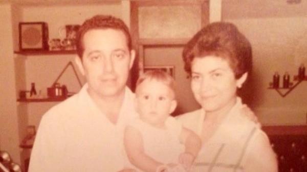 Ligia Ceballos con sus padres adoptivos