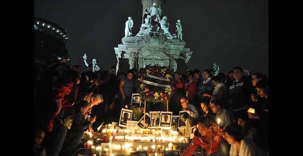 Manifestantes en un acto en recuerdo de la asesinada periodista Regina Martínez, en el monumento del Ángel de la Independencia, en Ciudad de México. En este país fueron muertos 14 de los 43 periodistas asesinados en América Latina durante 2015. Crédito: Lucía Vergara/IPS