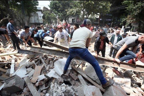 Ciudadanos retiran escombros tras el terremoto del día 19 de septiembre en México