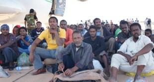 Migrantes africanos en Kufra, en Libia, poco antes de ser llevados a un avión de carga, tras ser retenidos antes de lograr llegar a Europa atravesando el mar Mediterráneo, donde muchos pierden la vida. Crédito: Rebecca Murray/IPS