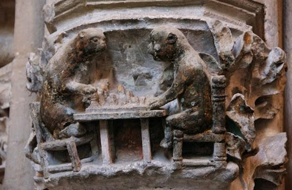 Catedral de Naumburg. Monos jugando al ajedrez