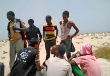 El personal de la Organización Internacional de las Migraciones (OIM) asiste a migrantes etíopes y somalíes lanzados por la borda por los traficantes de personas.