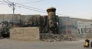 """En el territorio palestino de Cisjordania, un """"muro de seguridad"""" de ocho metros de alto rodea parte del campamento de refugiados palestinos Aida, 1,5 kilómetros al norte de Belén. Crédito: Fabiola Ortiz/IPS."""