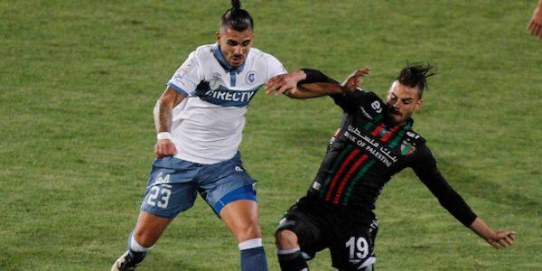 Disputa de una jugada del partido entre Universidad Católica y Palestino.