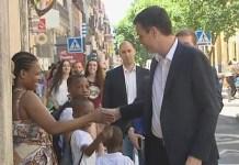 Pedro Sánchez cruza las manos con un niño negro y su madre en la campaña electoral de junio de 2016