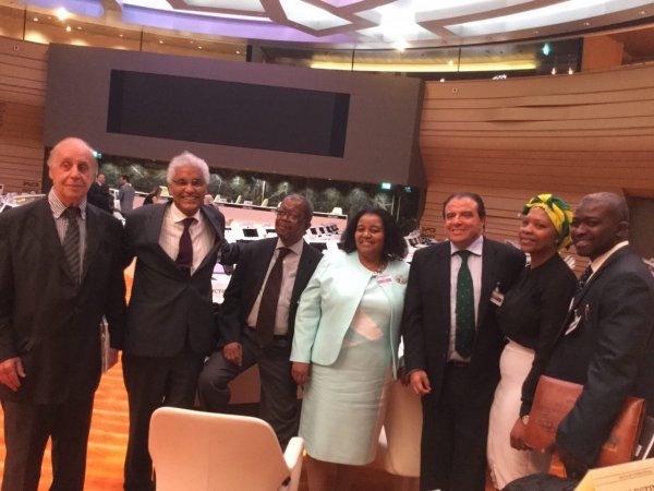 Delegación del Polisario en el Consejo de la IS junta a otros representantes.