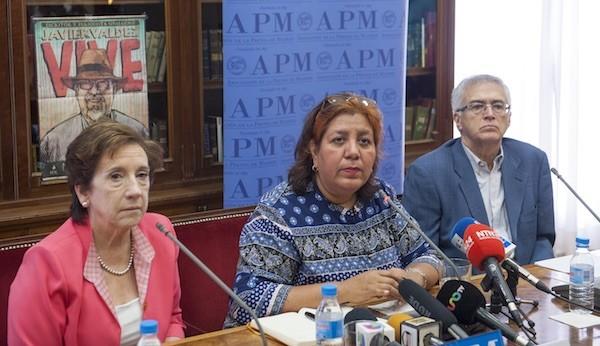 Griselda Triana, en el centro, acompañada de Victoria Prego, presidenta de la APM, y de Nemesio Rodríguez, vicepresidente 1º para Asuntos Profesionales de la APM. Foto: Pablo Vázquez / APM