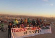 Protestas saharauis por la expoliación de los fosfatos.