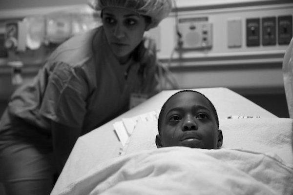 El ganador del Premio Pulitzer 2017 por la fotografía de funciones. Esta imagen muestra a un niño de 10 años que, junto con su madre, se esforzó por recuperar su vida después de sobrevivir a un tiroteo en Chicago. Crédito E. Jason Wambsgans / Chicago Tribune