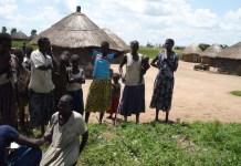 Una especialista en realizar la mutilación genital femenina en Kapchorwa, Uganda, habla con una periodista. Las mujeres de esta localidad fueorn capacitadas por la organización REACH para generar conciencia sobre la necesidad de poner fin a esta práctica perjudicial. Crédito: Joshua Kyalimpa/IPS.