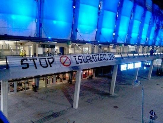 Pancarta de 'Stop Islamización' en el estadio del Lech Poznan.
