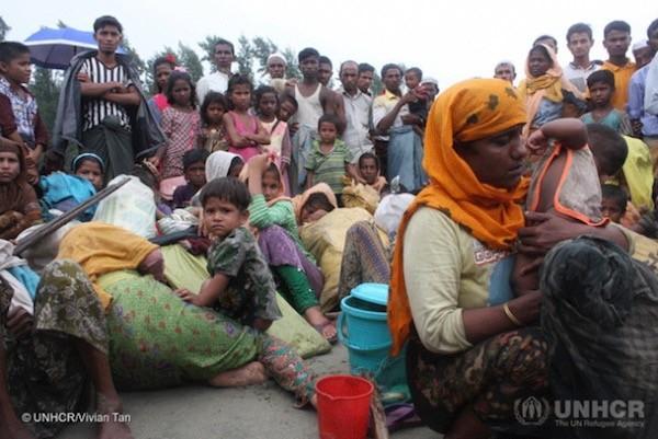 Refugiados rohinyá llegan a la playa en el área de Teknaf en barcos pescadores. La travesía desde el norteño estado de Rakhine les llevó cinco horas en aguas turbulentas en la bahía de Bengala en plena temporada de monzones. Crédito: Vivian Tan/ UNHCR.