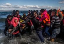 Imagen de la serie 'Miles de vidas en juego para llegar a Europa' de Santi Palacios. Personas refugiadas de origen afgano y sirio desembarcan en la isla griega de Lesbos