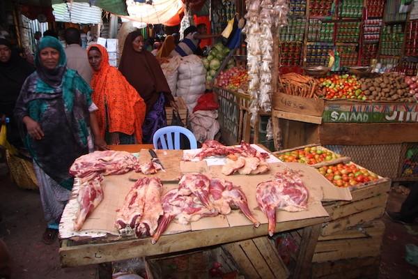 En la capital de Somalilandia, los visitantes encuentran una mezcla de apasionados mercados tradicionales en sintonía con modernos edificios y centros comerciales de fachadas de vidrio, cafés con conexión inalámbrica a Internet y gimnasios con aire acondicionado, todo financiado por la diáspora y salpicado del típico dinamismo somalí. Crédito: James Jeffrey/IPS